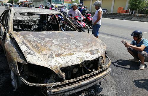 Xe Camry cháy trơ khung. Ảnh: Nguyễn Khoa.