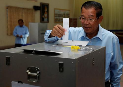 Thủ tướng Hun Sen bỏ phiếu sáng nay. Ảnh: Reuters.