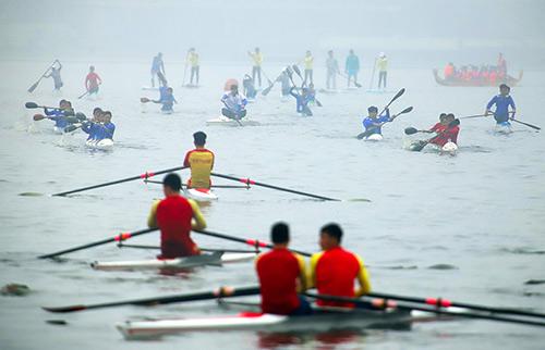 Ngày 24/2, hội đua thuyền Hồ Tây diễn ra trong sương mù. Ảnh: Ngọc Thành