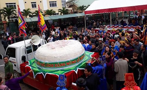 Sầm Sơn từng làm chiếc bánh dày hơn 2 tấn dâng thần Độc Cước năm 2017. Ảnh: Lê Hoàng.