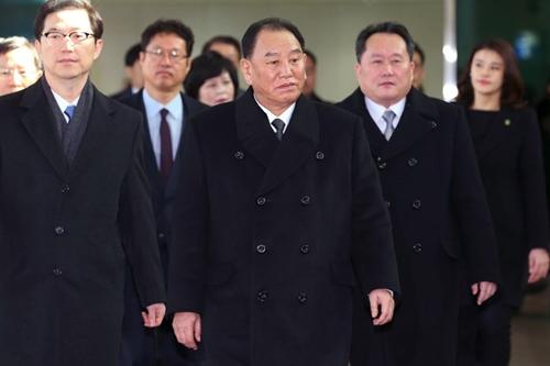 Ông Kim Yong-chol (giữa) dẫn đầu phái đoàn Triều Tiên tới dự lễ bế mạc Olympic tại Pyongchang, Hàn Quốc, ngày 25/2. Ảnh: AFP.