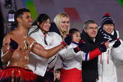 Taufatofua cùng vận động viên các nước trong lễ bế mạc. Ảnh: AFP