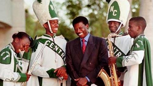 Sissoko (giữa)đã chi hơn 100.000 USD tài trợ cho một ban nhạc trường học ở Miama. Ảnh: BBC.