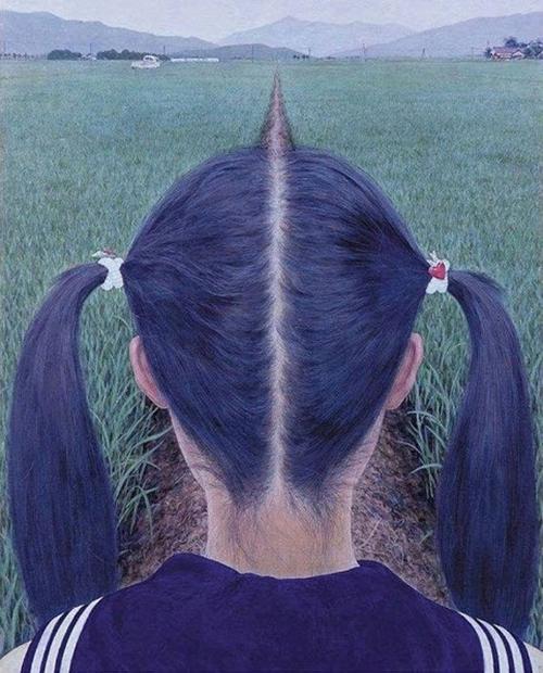 Con đường dẫn trên cánh đồng thật trùng khớp với mái tóc.