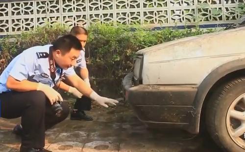 Cảnh sát Trung Quốc kiểm tra mảnh vỡ của chiếc xe.