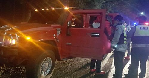Chiếc Hummer mà ba người lái trộm. Ảnh: Yonhap