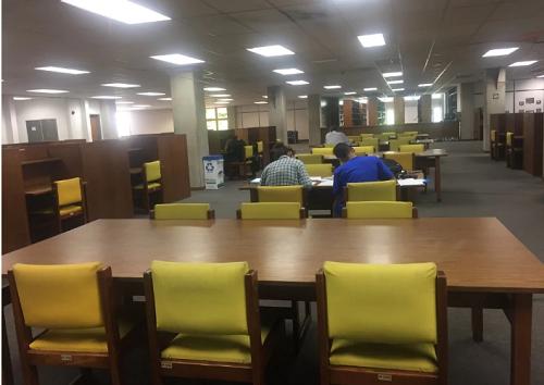 Chưa đầy 20 sinh viên trong thư viện một trường đại học ở thủ đô Caracas. Ảnh: Washington Post.