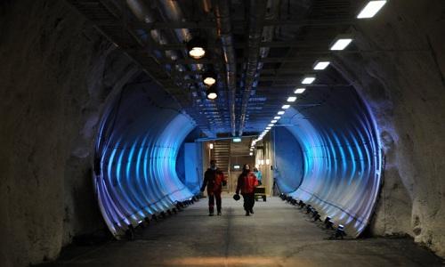 Đường hầm bên trong hầm hạt giống chống tận thế. Ảnh: IB Times.