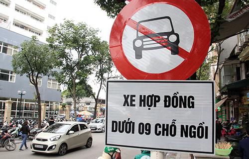 Biển cấm xe Uber, Grab trên đường phố Hà Nội. Ảnh: Anh Tú.