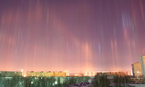 Những cột sáng nhiều màu phía trên thành phốSaint Petersburg. Ảnh:Sputnik.