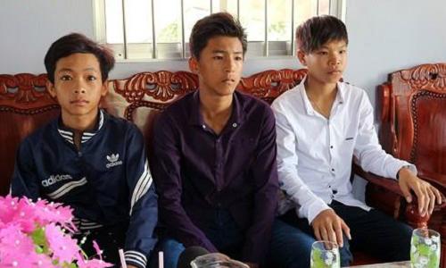 Em Đỗ Văn Bằng (ngồi giữa) cùng các bạn nhặt được số tiền lớn trả lại người đánh rơi. Ảnh: VOV