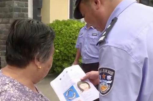 Cảnh sát phác họa chân dung nạn nhân để truy tìm tung tích người xấu số.