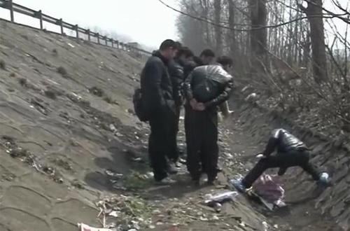Thi thể người phụ nữ trung niên vứt ở mương nước trên đường cao tốc.