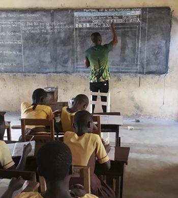 Học sinh hào hứng khi tham dự lớp học công nghệ thông tin trong điều kiện không có máy tính.