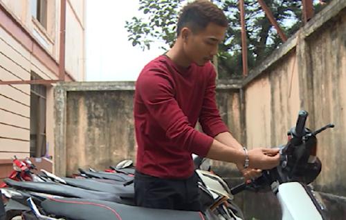 Phạm Đình Hiền thực nghiệm lại quá trình phá khóa xe. Ảnh: Công an cung cấp.