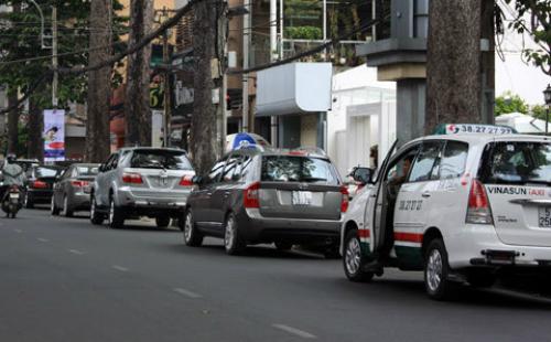 Theo Sở GTVT TP HCM, phí giữ xe hiện nay qua thấpnhiều trường hợp lợi dụng biến lòng lề đường thành bãi đỗ xe suốt thời gian dài. Ảnh: Hữu Công