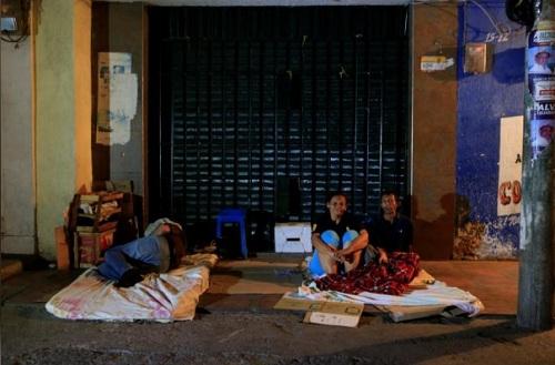 Người Venezuela ngủ vật vờ ngoài đường phố Colombia. Ảnh: Reuters.