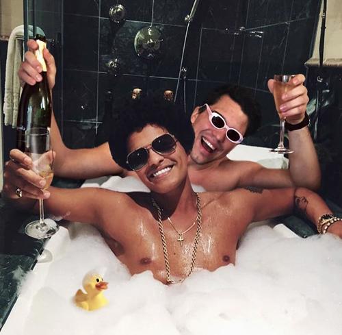 Nâng ly nào Bruno Mars.