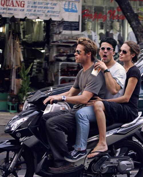 Vi vu trên xe máy cùng Brad Pitt và Angelina Jolie tại Việt Nam.