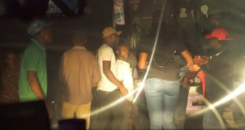 Đoàn người lên xe buýt hướng về Kano trong đêm. Ảnh: CNN.