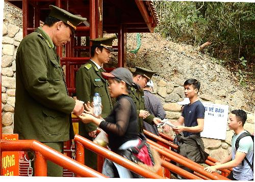 Khu vực soát vé lối đi bộ ở Yên Tử. Ảnh: Minh Cương