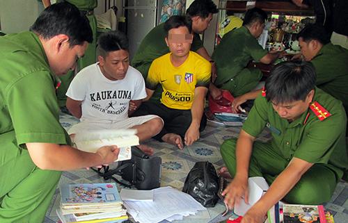 Cảnh sát khám xét nhà một chân rết trong đường dây đánh bạc do Khéo gầy dựng, điều hành tại Việt Nam. Ảnh: Công an cung cấp