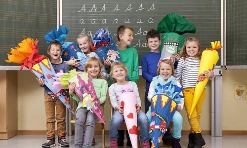 Những đứa trẻ lớp 1 hạnh phúc với Schultüte được bố mẹ chuẩn bị. Ảnh: TLTP Education