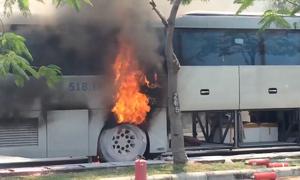 Hành khách tháo chạy khi ôtô bốc cháy trên đại lộ ở Sài Gòn