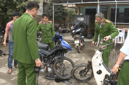 Nhà chức trách Bố Trạch khám nghiệm các xe máy gây ra vụ tai nạn giao thông khiến hai người tử vong. Ảnh: Trần Tuấn