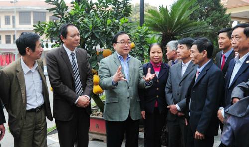 Bí thư Thành uỷ Hà Nội Hoàng Trung Hải trao đổivới nông dân thủ đô. Ảnh: Nguyễn Hùng.