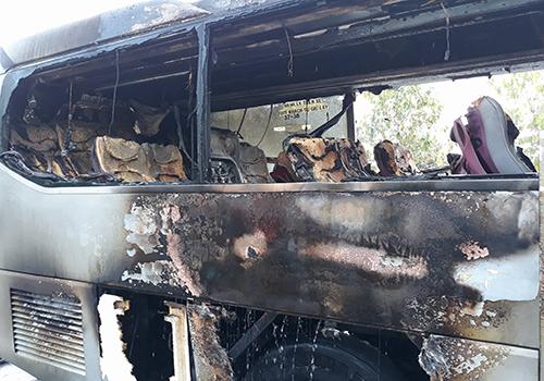 Xe khách bị cháy rụi phần đuôi. Ảnh: Sơn Hoà