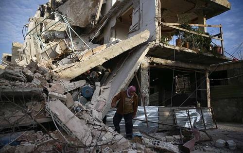 Tòa nhà đổ nát hôm 20/2 ở Đông Ghouta. Ảnh: Reuters.