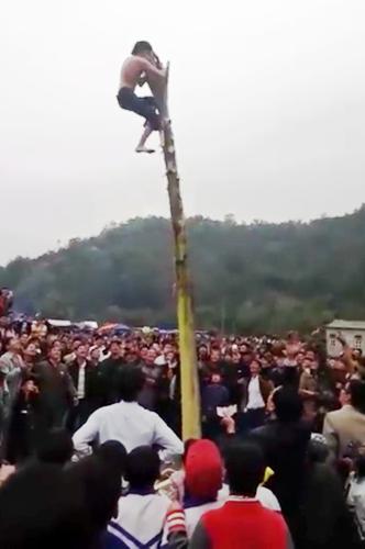 Mặc dù leo tớingọn cây chuối giật được giải, xong nam thanh niên phải thực hiện yêu cầu của ban tổ chức trò chơi nguy hiểm này là phải đứng thẳng trên ngọn cây chuối.
