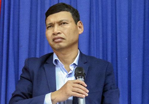 Ông Minh xin khất buổi đối thoại với người dân lại một ngày. Ảnh: N.T.