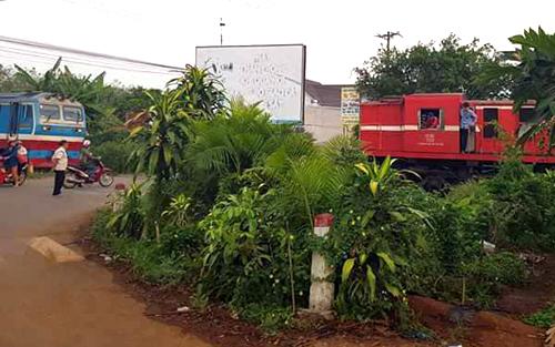 Hai tàu hỏa dừng lại kịp thời khi cách nhau 10 m. Ảnh: Nguyễn Sơn.