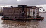 Nhiếp ảnh gia Đức xây nhà thuyền định cư trên sông