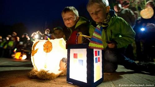 Trẻ em Đức cầm trên tay chiếc đèn lồng tự chế cho Ngày Thánh Martine. Ảnh:DPA