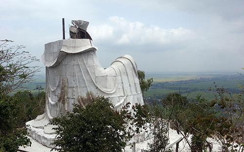 Chủ đầu tư cam kết tháo dỡ tượng Bà Chúa Xứ phiên bản hai trên đỉnh núi Sam trong tuần này. Ảnh: An Phú