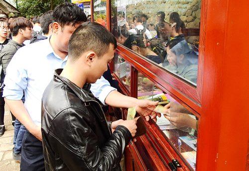 Khu vực bán vé tại lối đi bộ ở Yên Tử. Ảnh: Minh Cương