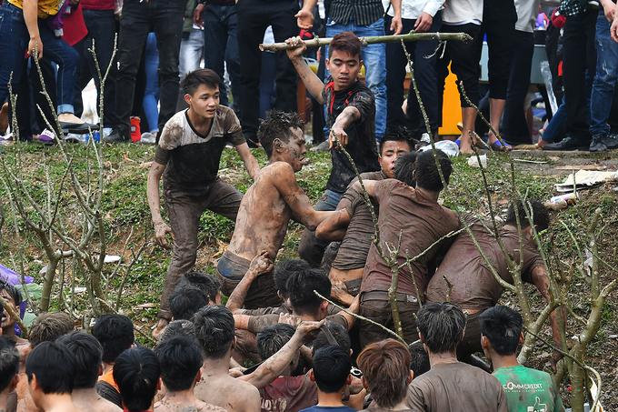 Hội phết hỗn loạn khi trai làng lội bùn, cầm gậy tranh cướp