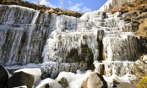 Thác nước trong công viên quốc gia Brecon Beacon đóng băng toàn bộ. Ảnh: PA.
