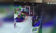 Bé trai 2 tuổi bị tàu hỏa đồ chơi cán tử vong