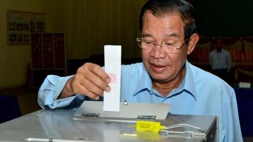 Thủ tướng Campuchia Hun Sen bỏ phiếu trong cuộc bầu cử Thượng viện. Ảnh: AFP.