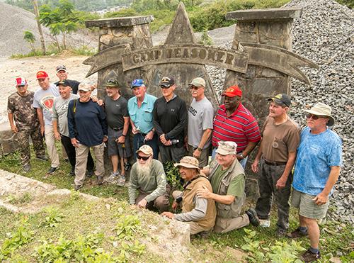 Đoàn cựu binh Mỹ chụp ảnh trướccổng vào Trại Reasoner cũ ởĐà Nẵng. Ảnh:Stars and Stripes