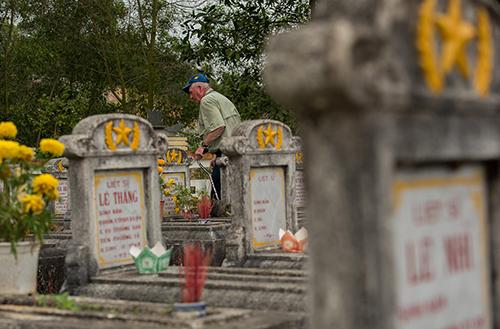 Ông Steven Berntson thắp hương ở một nghĩa trang của liệt sĩ Việt Nam. Ảnh: Stars and Stripes