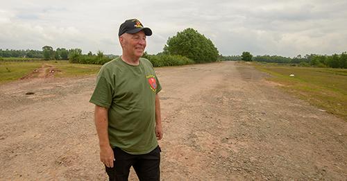 Ông Paul Baviello đứng giữa đường băng chạy xuyên quacăn cứ An Hoa trước kia. Ảnh:Stars and Stripes