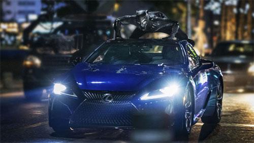 Siêu nhân Báo đen trong màn rượt đuổi thực hiện trên nóc chiếc LC500. Ảnh: Marvel.