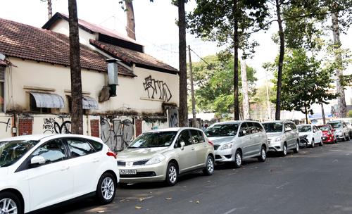 Theo Sở GTVT TP HCM, việc tăng phí đỗ ôtô góp phần hạn chế xe cá nhân vào trung tâm cũng như giảm tình trạng xe đậu dưới lòng đường, vỉa hè. Ảnh: Hữu Công