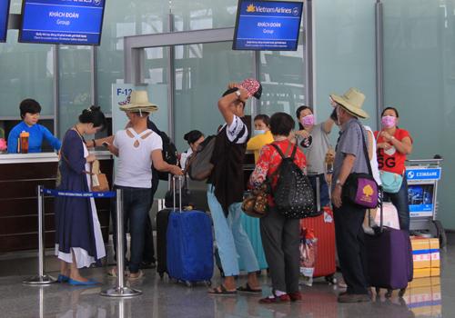 Hành khách làm thủ tục lên máy bay. Ảnh minh họa: Đ.Loan