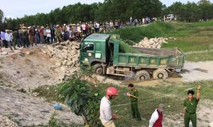 Ôtô tải bị tàu hỏa húc văng xuống ruộng
